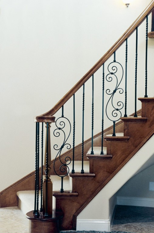 Деревянные лестницы в Москве, цены - договорные. Московская область
