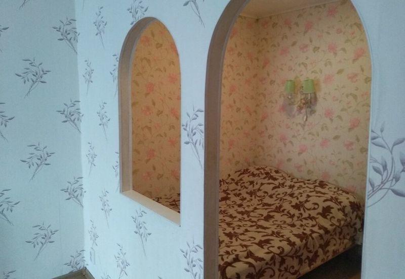 Сдается на длительный срок уютная 1-комнатная квартира с большой кухней.
